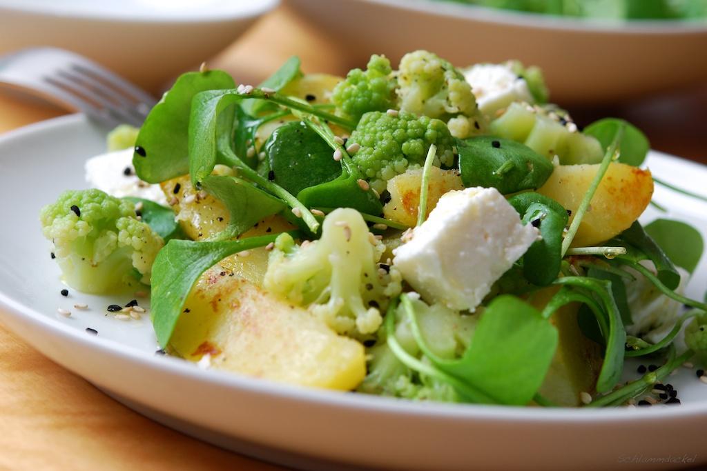 Warmer Kartoffelsalat mit Postelein und grünem Blumenkohl