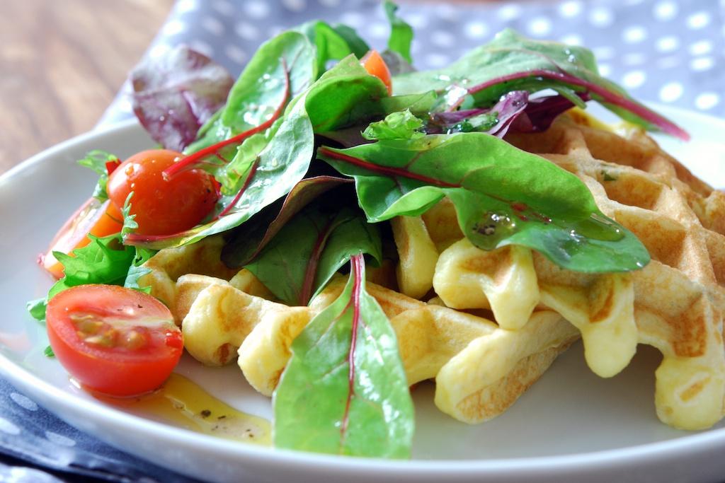 Kartoffel-Waffeln mit Salat