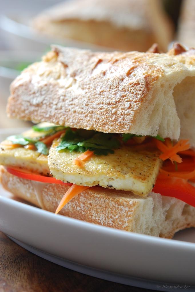 Tofu-Sandwich mit Ingwer-Erdnuss-Sauce