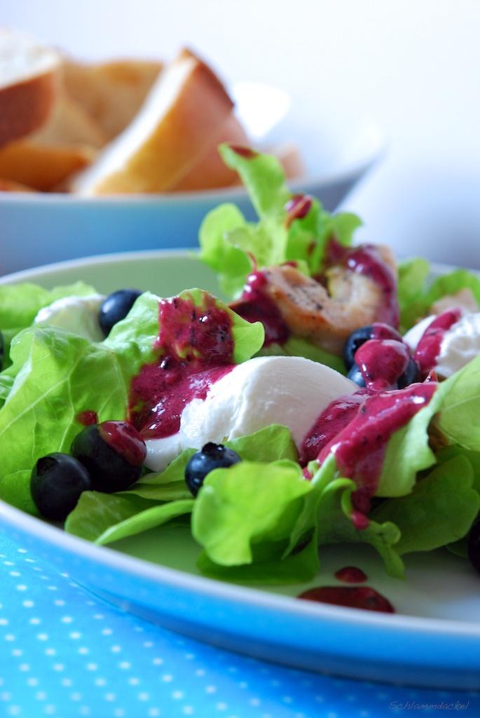 Salat mit Hähnchenstreifen und cremigem Heidelbeerdressing