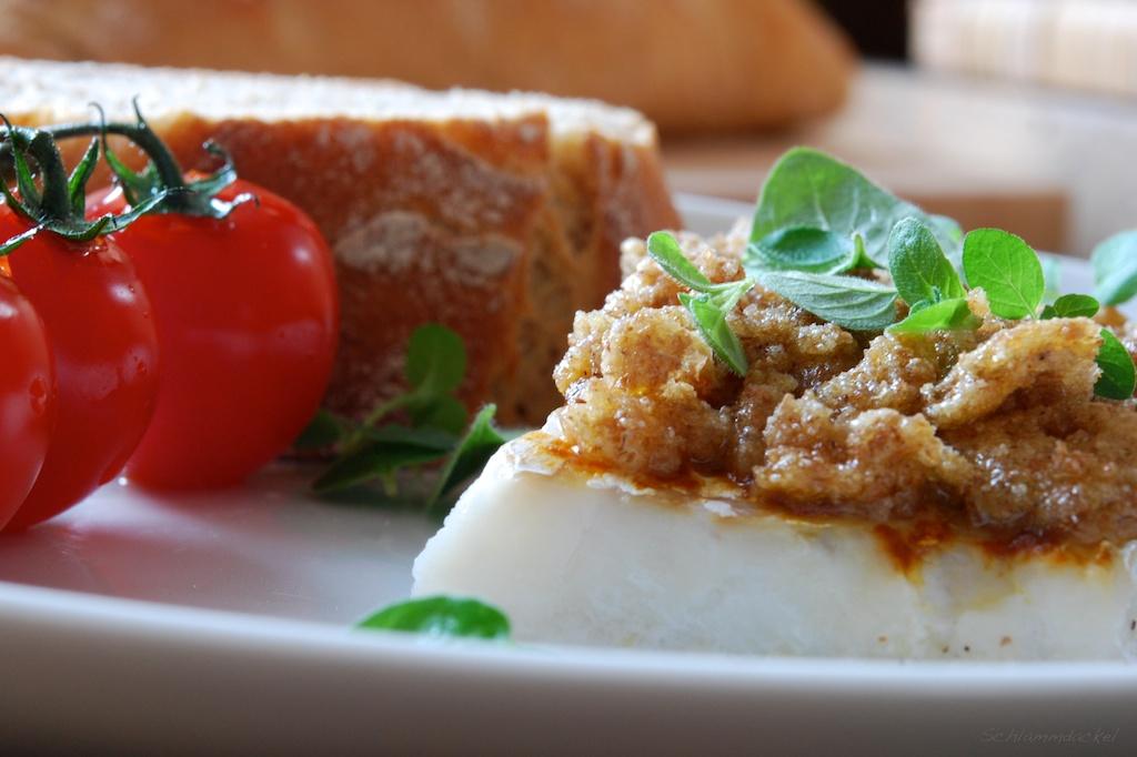 Fischfilet mit rotem Curry und Knäckebrot-Knoblauch-Butter