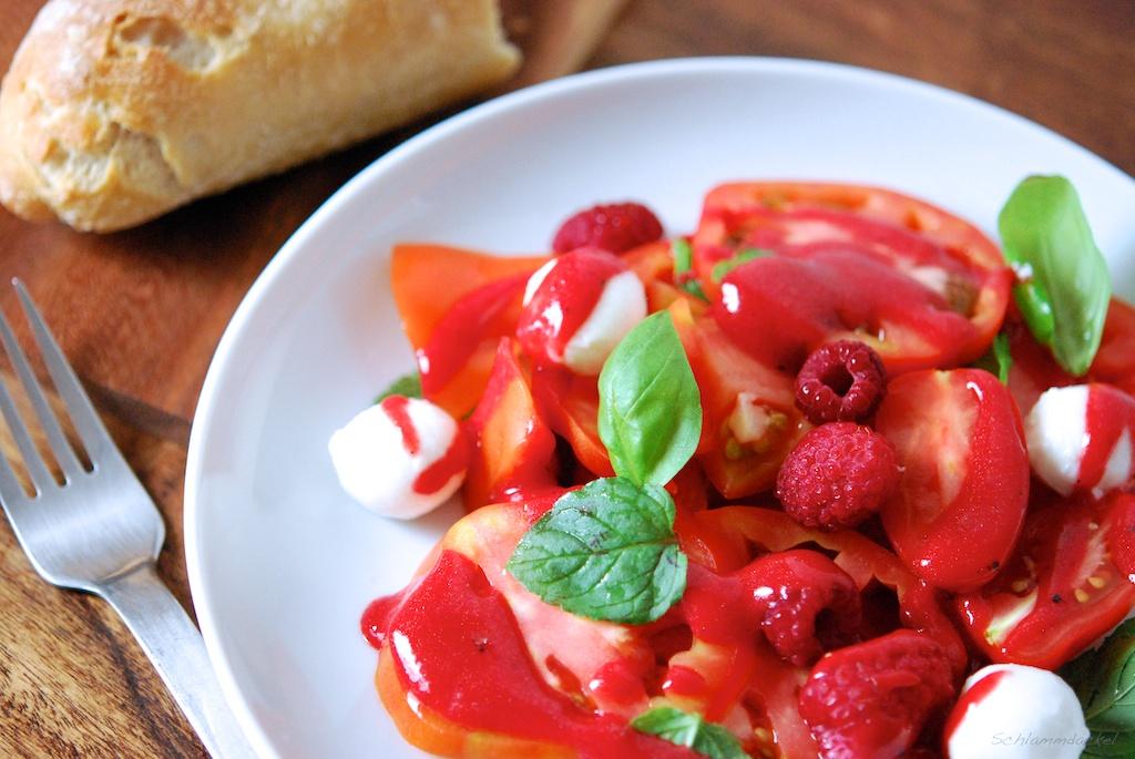 Tomatensalat mit Himbeeren