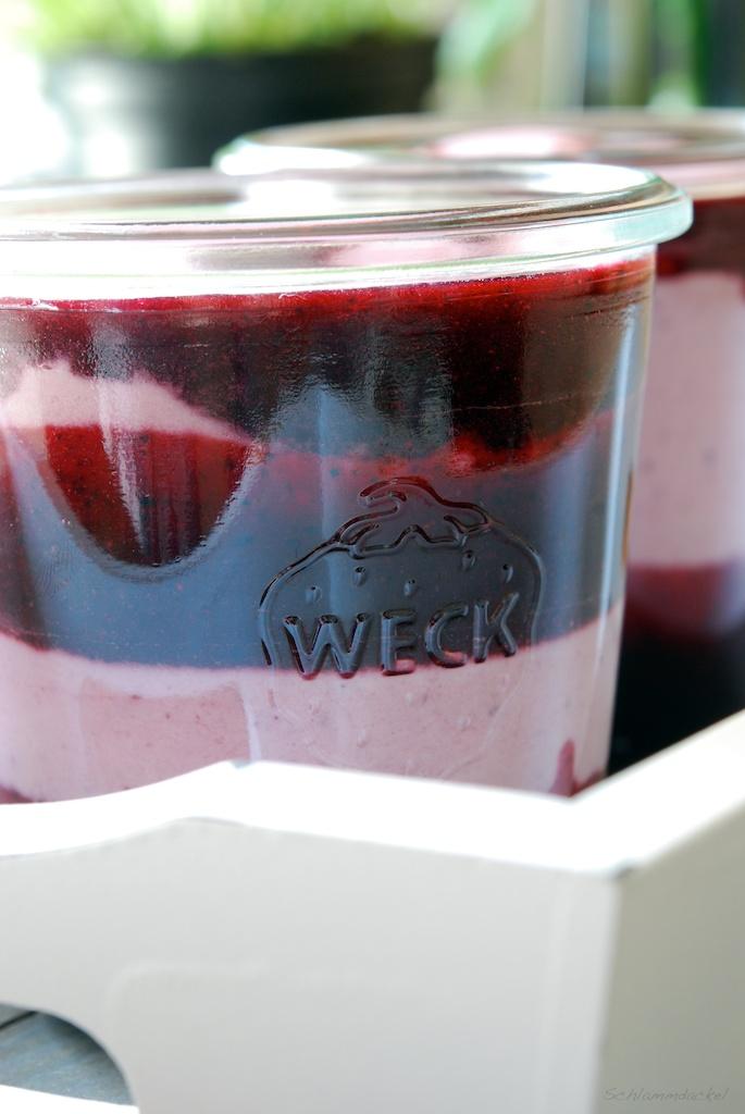Joghurt-Mousse mit Himbeeren, Heidelbeeren und Pfirsich