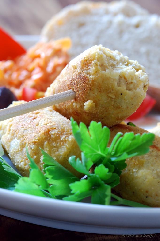 Kichererbsen-Köfte und Karotten-Joghurt-Salat mit Kreuzkümmel