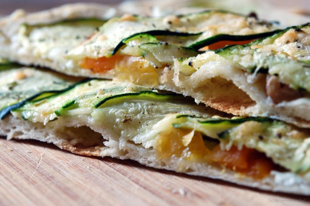 Zucchini-Flatbread mit Ziegenfrischkäse