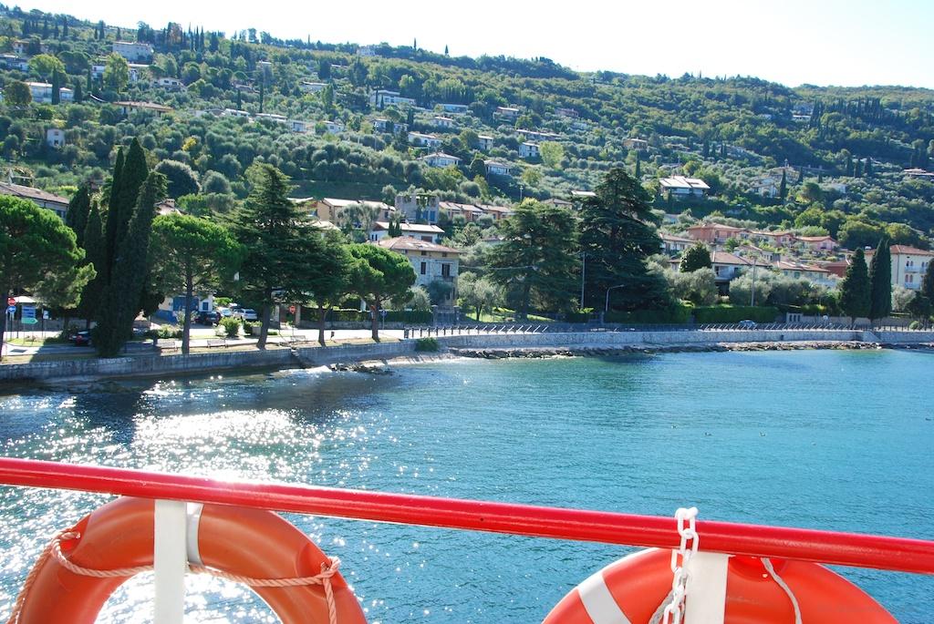 Blick auf Torri von der Fähre nach Toscolano-Maderno
