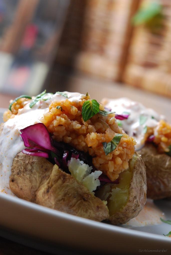 Ofenkartoffel mit Kisir