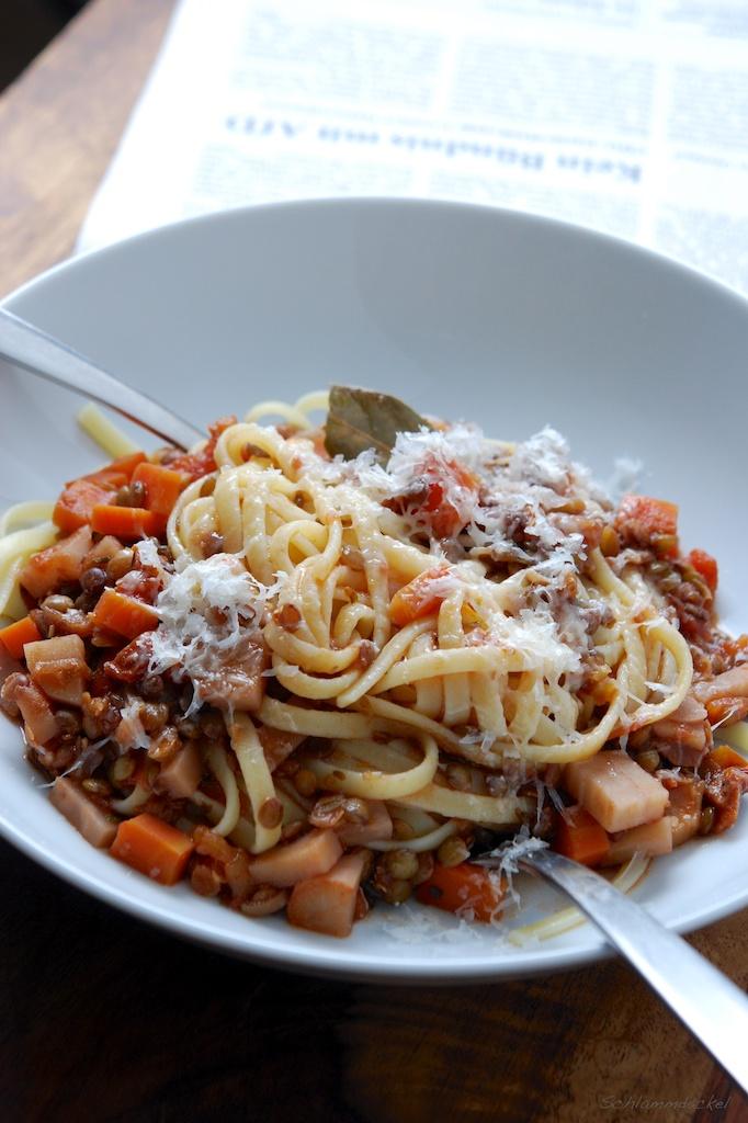Linsen-Bolognese mit Pasta