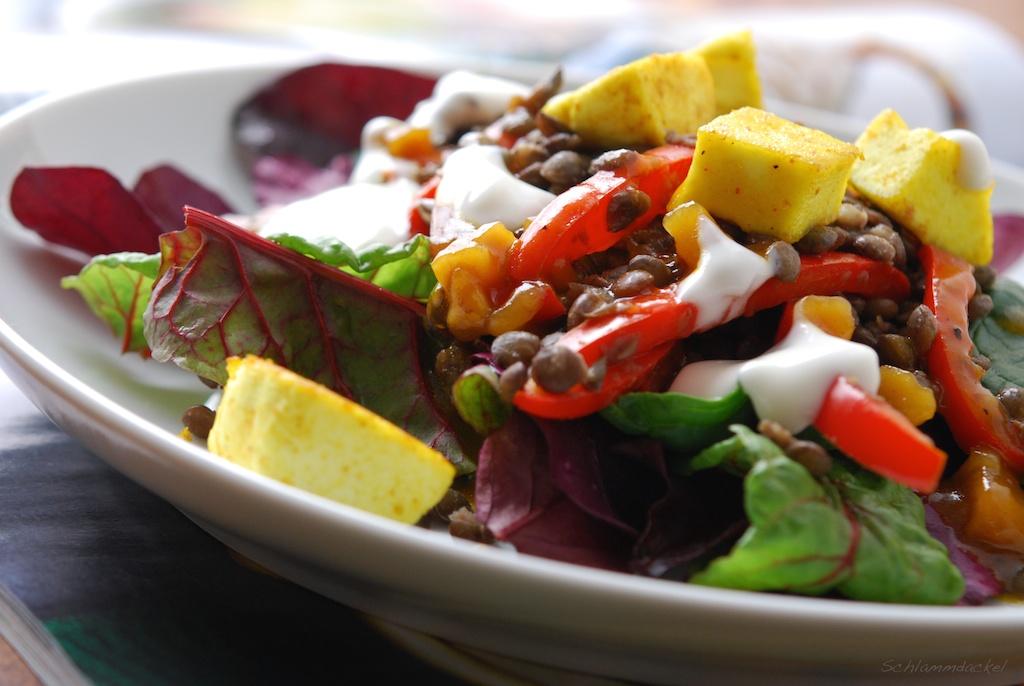 Warmer Salat mit Paneer, Linsen und Chutney-Dressing