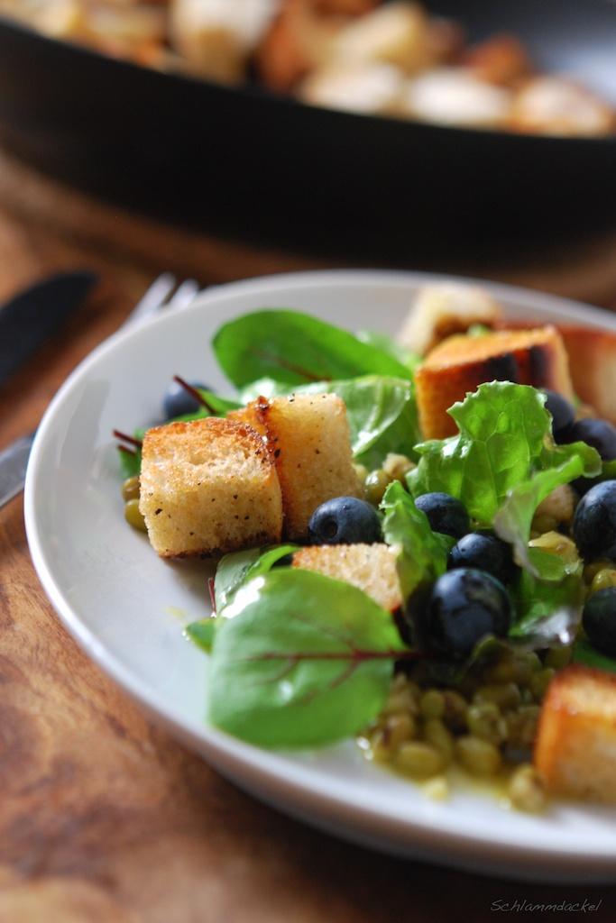 Mungbohnensalat mit Heidelbeeren und Croutons