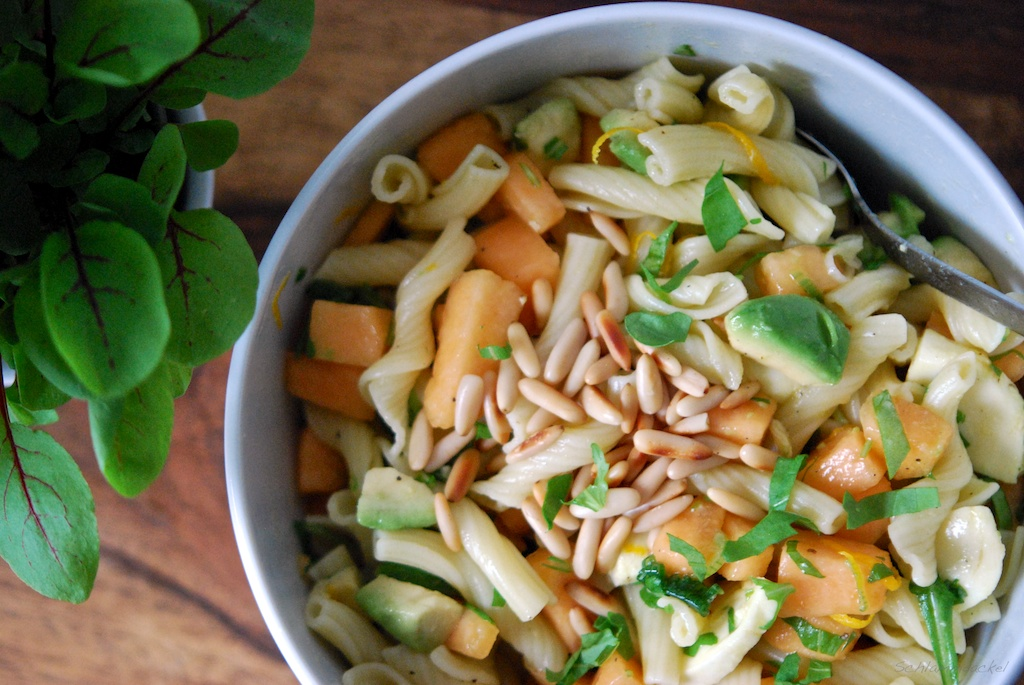 Nudelsalat mit Melone und Avocado