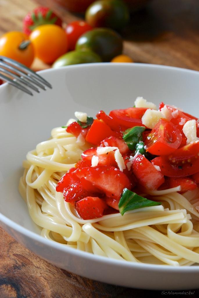 Pasta mit Tomaten und Erdbeeren